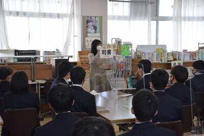 図書館の利用方法を司書さんから聞いています
